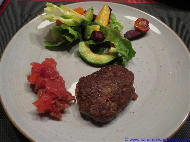 comp_CR_IMG_2370_WildschweinFrikadelle_Ofengemüse_Avocado_Salat_Mix_Apfel_Chutney